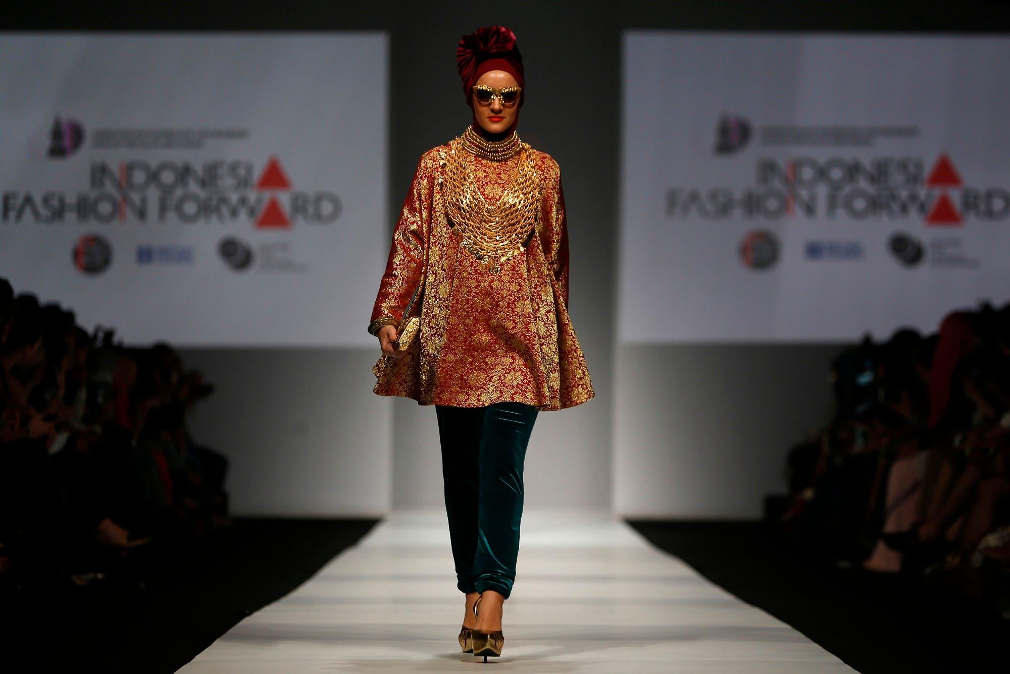 A model presents Muslim wear by Indonesian designer Dian Pelangi during Jakarta Fashion Week November 1, 2014. (Reuters)