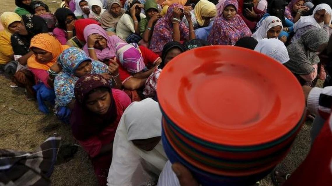 لاجئون من مسلمي الروهينجا ينتظرون الحصول على غذاء من الصليب الأحمر