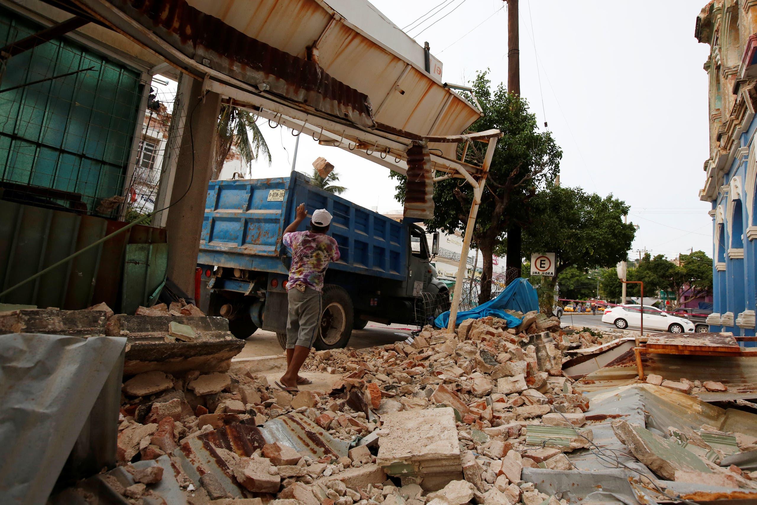 لكن الأضرار التي لحقت بالمدينة هذه المرة كانت محدودة حيث كان مركز الزلزال أعمق وأبعد عن العاصمة، لكن لا يزال آلاف الأشخاص يفرون من منازلهم في أعقاب الزلزال ...