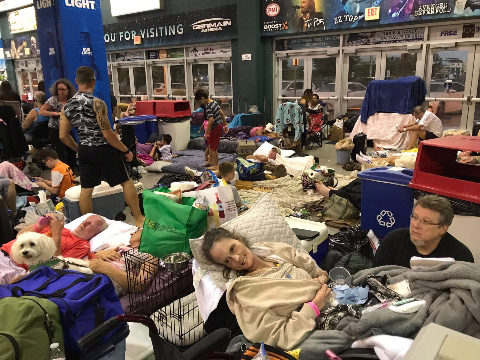 مردم فلوریدا در پناهگاهها
