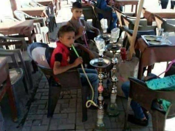 """أطفال مصريون يدخنون الشيشة ويثيرون غضباً """"تواصلياً"""""""
