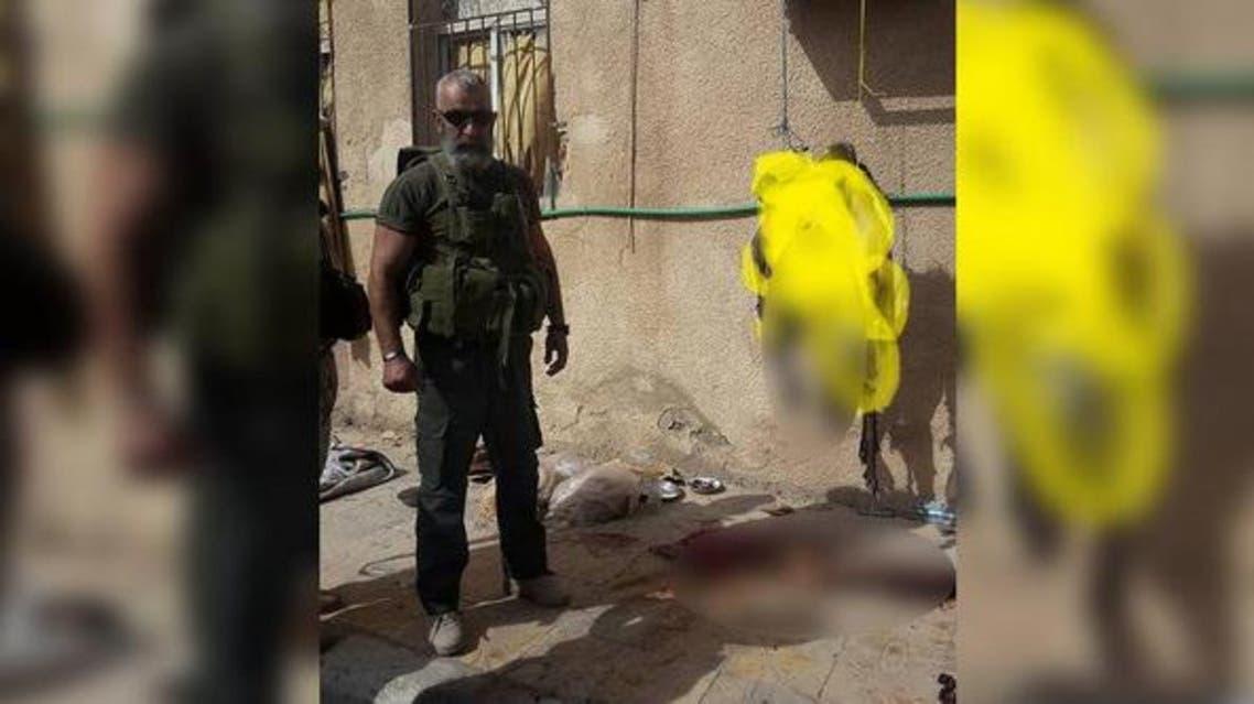 عصام زهر الدين ملتقطاً الصور مع الجثث
