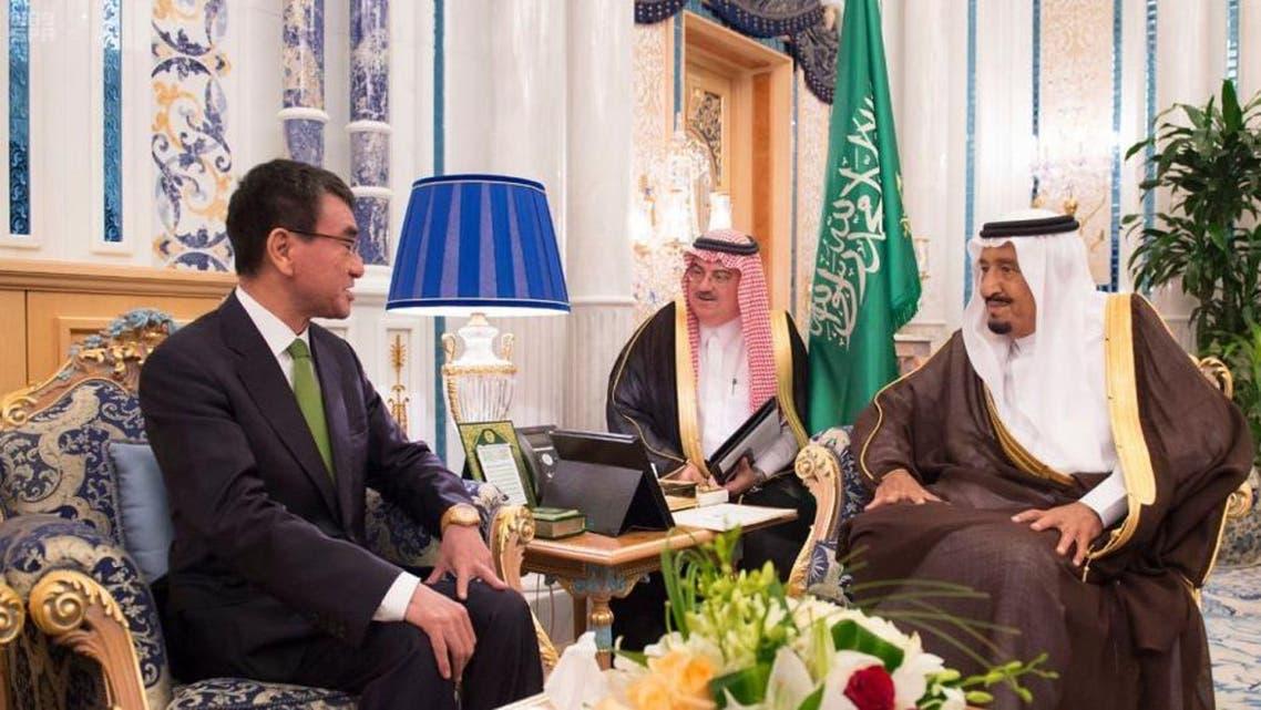 الملك سلمان يستقبل وزير خارجية اليابان تارو كونو