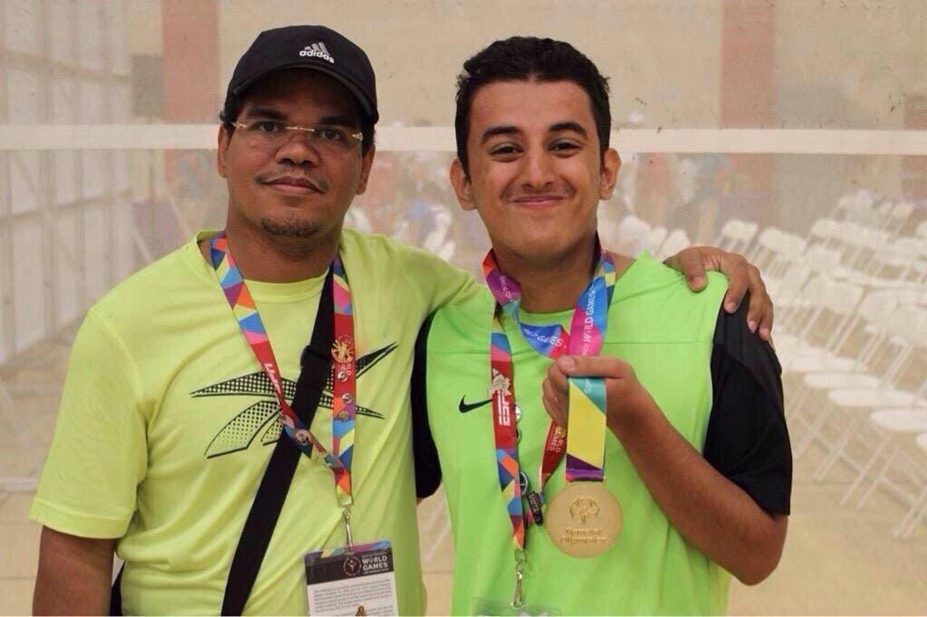 عبدالله الغامدي بطل عالم في سباق الجري حائز على ميدالية ذهبية برفقة الدكتور نعيم مهدي