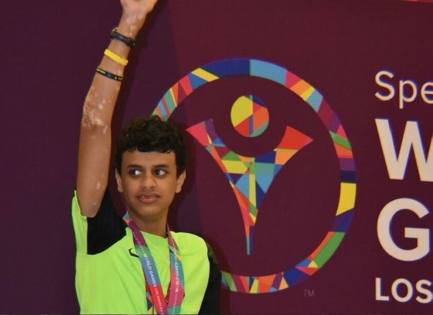 عبدالرحمن اليافعي بطل عالمي في السباحة حائز على الميدالية الذهبية