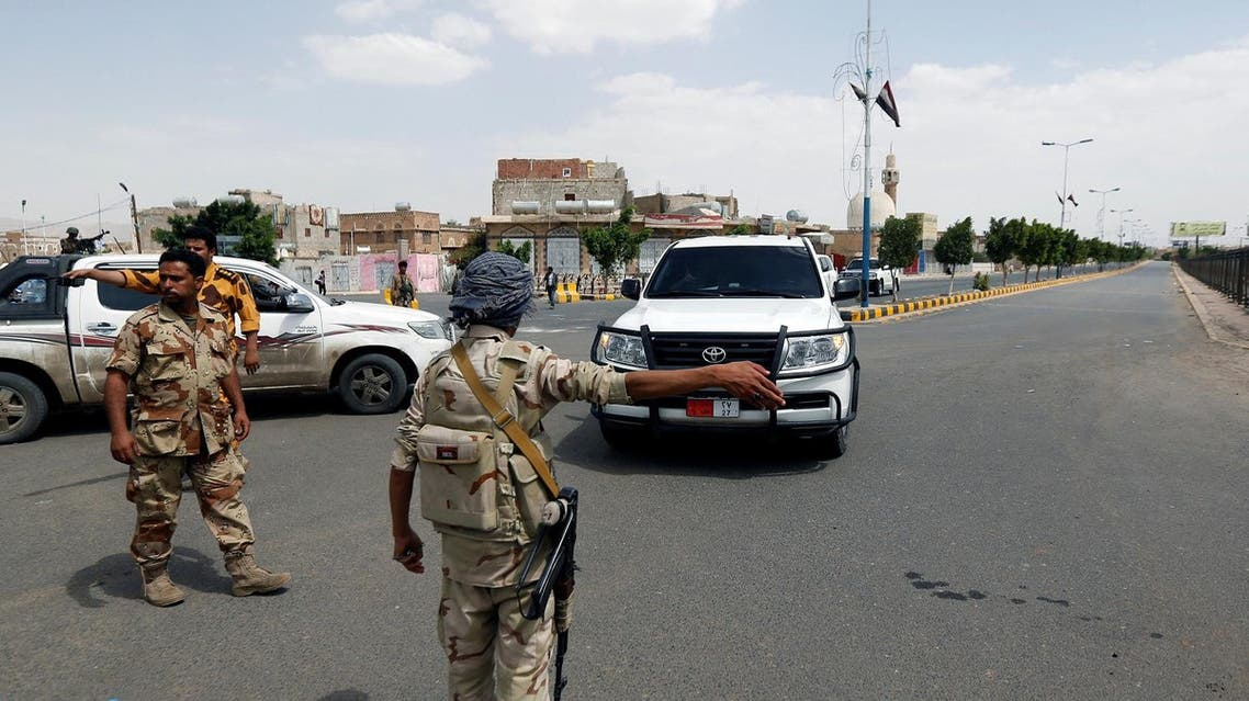 An army soldier gestures as a convoy of the United Nations Special Envoy for Yemen, Ismail Ould Cheikh Ahmed, passes outside Sanaa airport, Yemen May 22, 2017. REUTERS/Khaled Abdullah