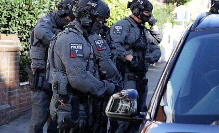 مئات من عناصر الشرطة انتشروا مسلحين في كل مكان، خصوصا مراكز المواصلات بلندن