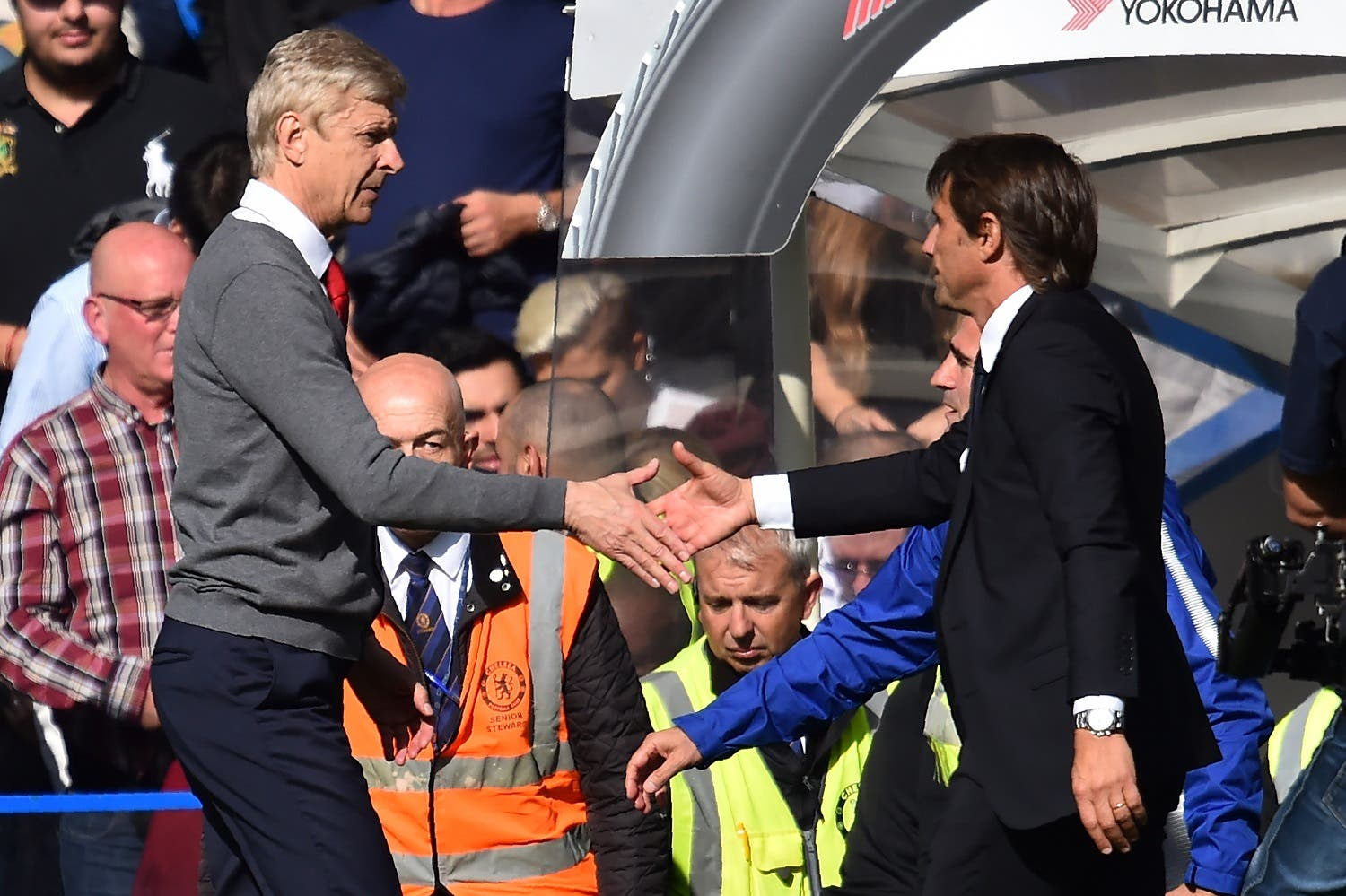 Chelsea's Italian head coach Antonio Conte (R) shakes hands with Arsenal's French manager Arsene Wenger (L) after the English Premier League football match between Chelsea and Arsenal at Stamford Bridge in London on September 17, 2017. The game ended 0-0. (AFP)