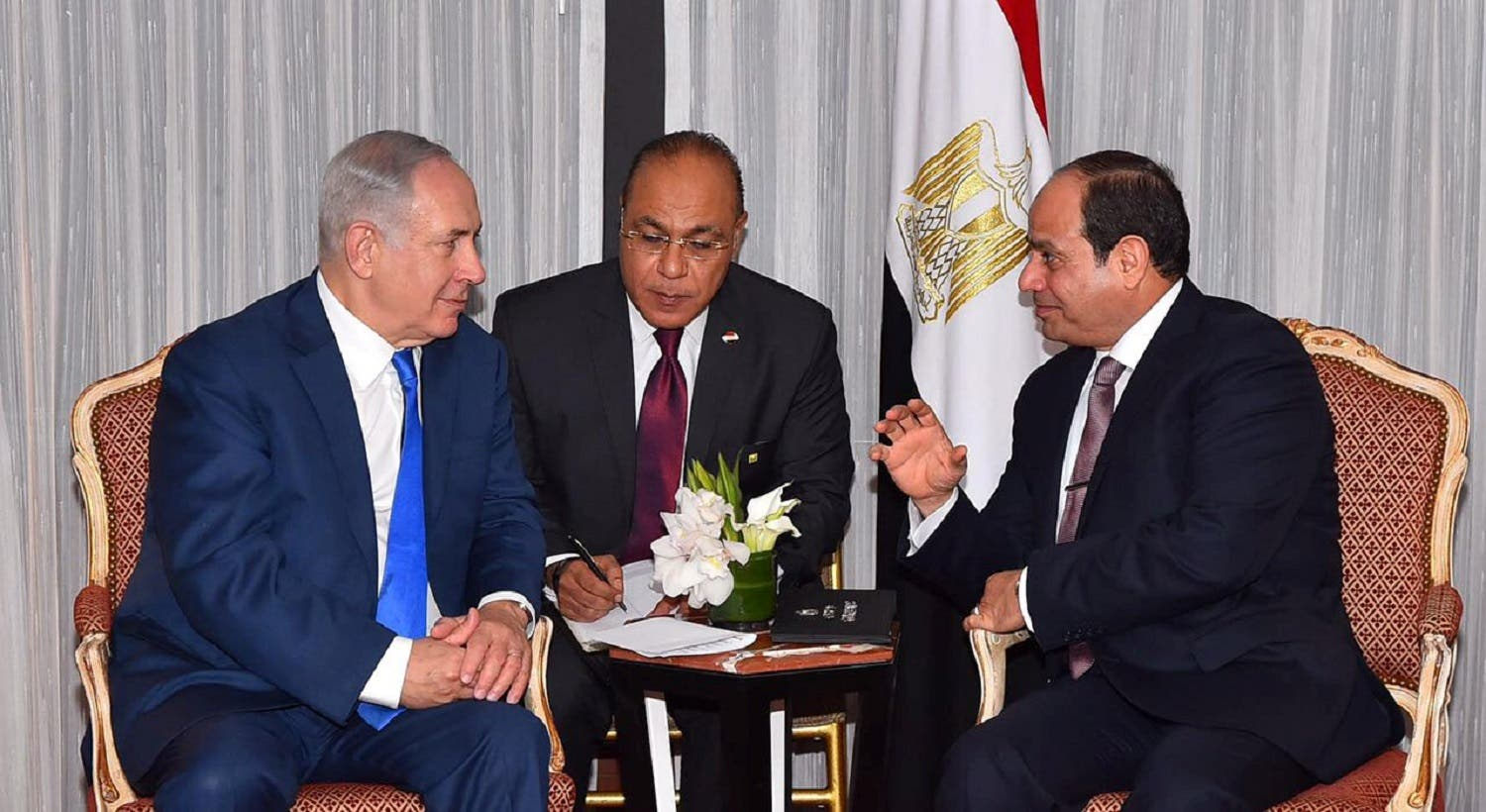 Egyptian President Abdel Fattah al-Sisi (R) speaks with Israeli Prime Minister Benjamin Netanyahu (L) during their meeting as part of an effort to revive the Middle East peace process ahead of the United Nations General Assembly in New York, US, September 19, 2017. (Reuters)