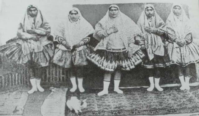 عدد من زوجات ناصر الدين الشاه مرتديات تنانير قصيرة