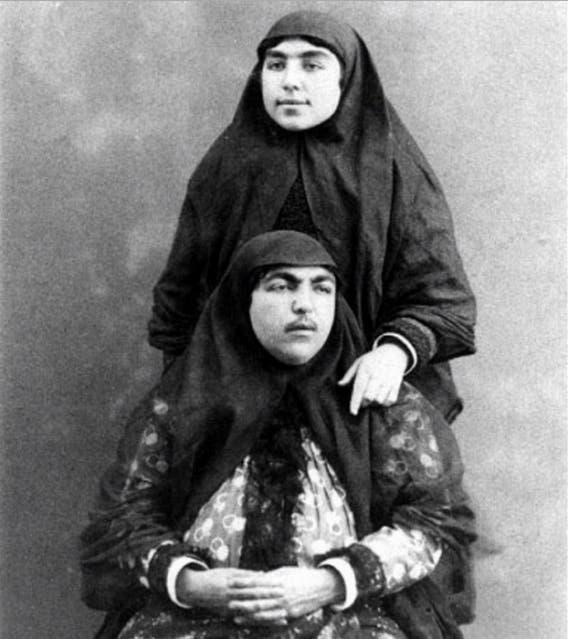 أنيس الدولة (في الأسفل) زوجة ناصر الدين شاه المفضلة