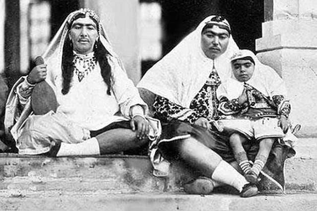 أنيس الدولة (في اليمين) زوجة ناصر الدين شاه المفضلة