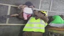 مشهد روحاني لرجل أمن ورضيعة عند أستار الكعبة