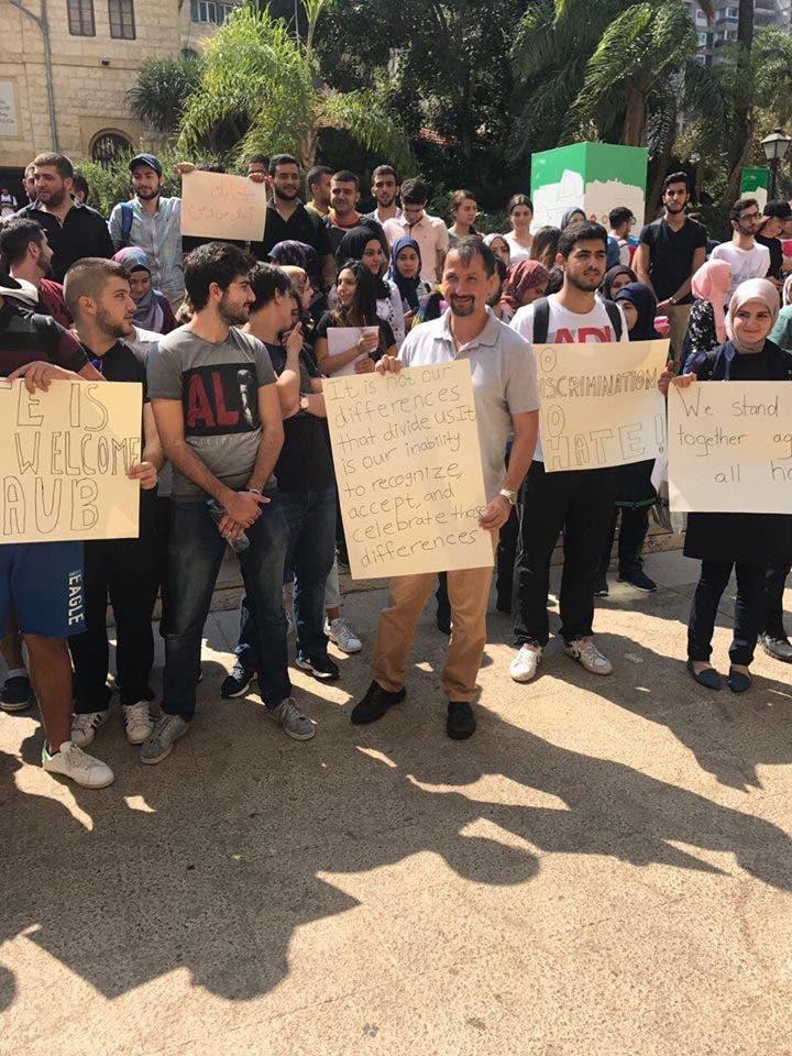 عميد شؤون الطلاب طلال ناظم الدين مع المتظاهرين