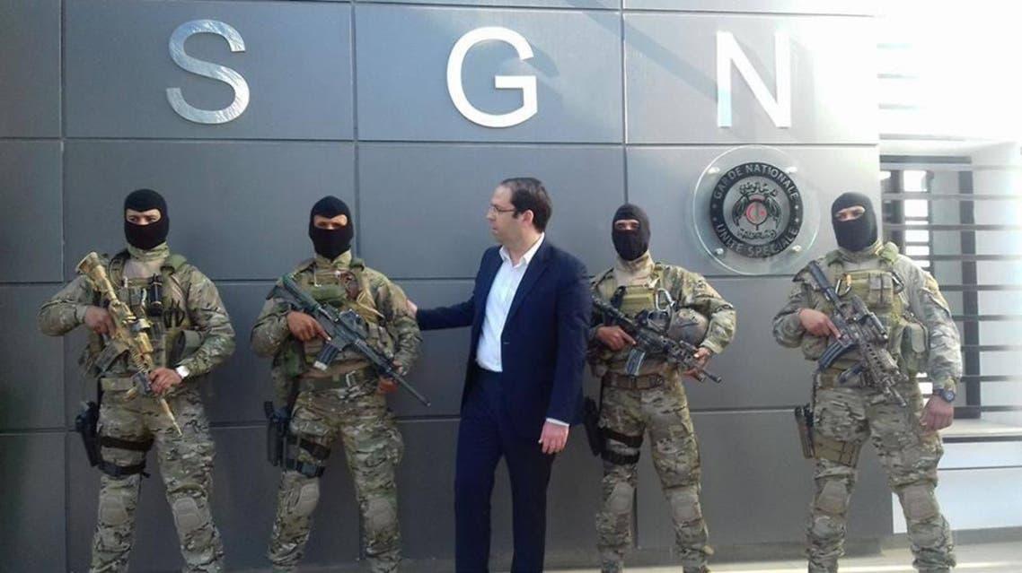 يوسف الشاهد وأفراد من الجيش التونسي