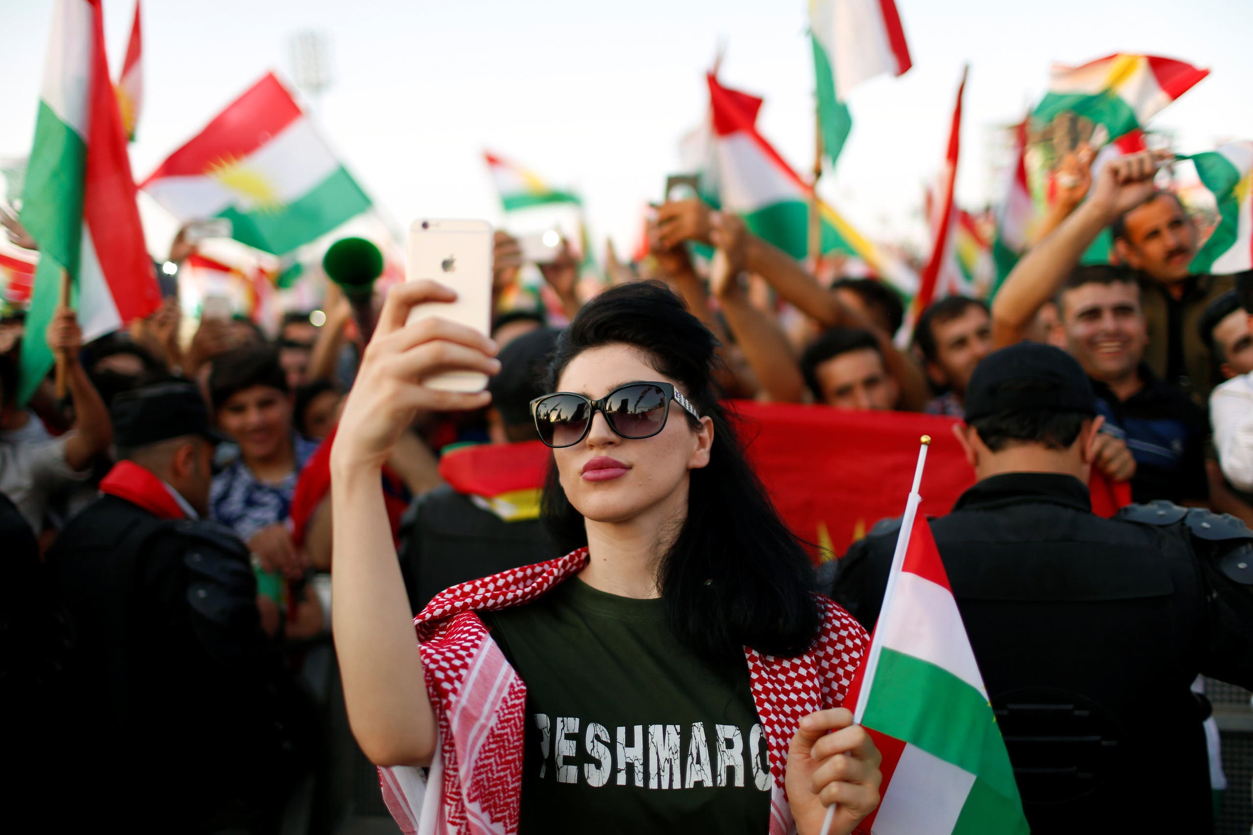 A Kurdish woman takes a selfie to show support for the upcoming September 25th independence referendum in Erbil, Iraq September 22, 2017. (retures)