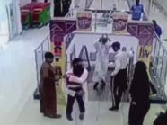 مشهد يحبس الأنفاس لسعودي أنقذ طفلاً علِق بسلم كهربائي