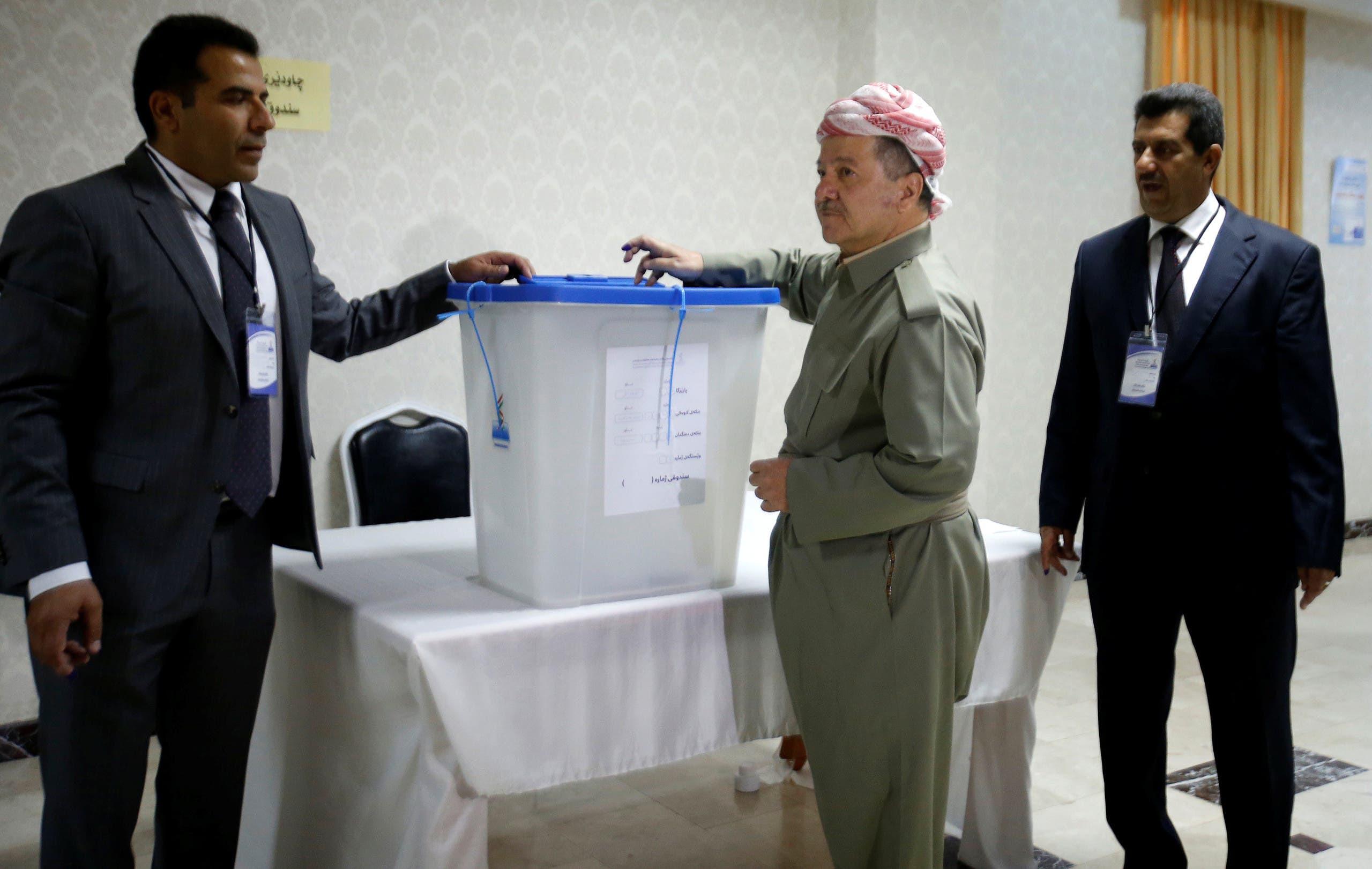 بارزاني خلال تصويته على الاستفتاء