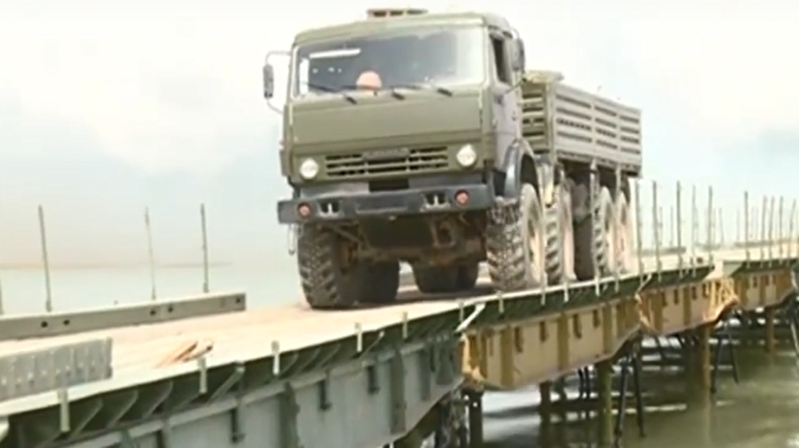 روسيا تشيد جسراً فوق الفرات