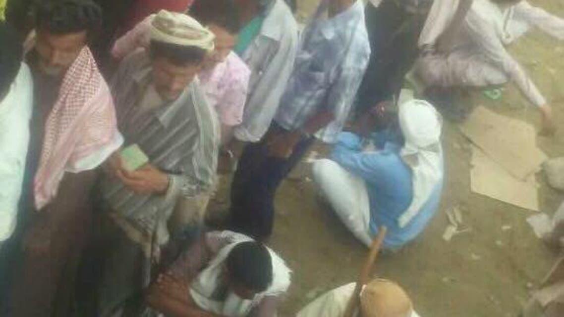نازحون يحتجون على نهب الحوثيين لمساعداتهم  الاغاثية