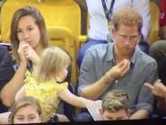 شاهد.. ماذا تسرق هذه الطفلة من الأمير هاري؟