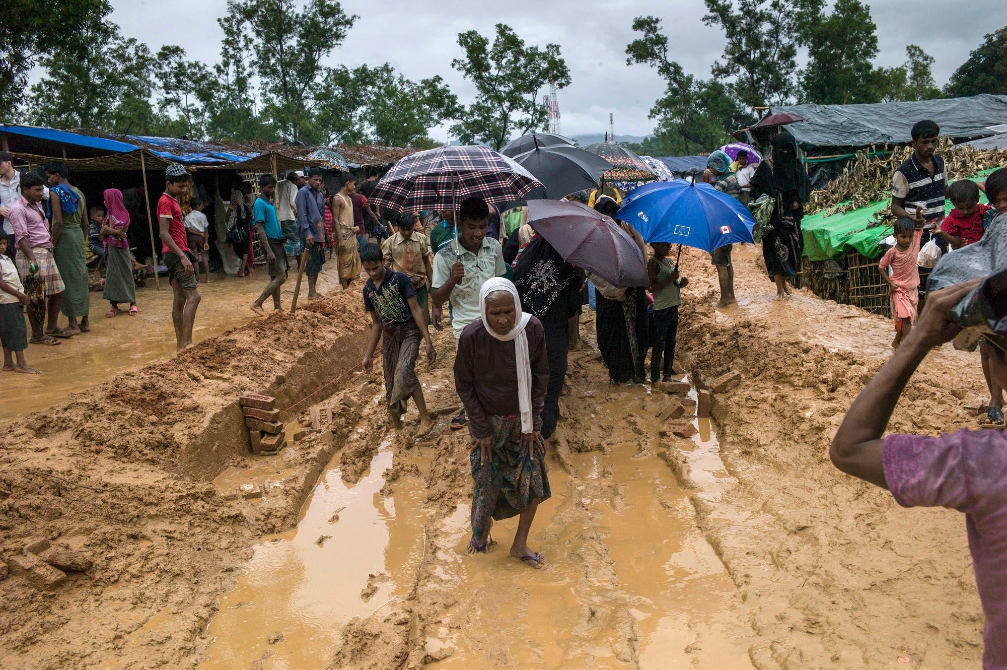 Rohingya Muslim refugees walk through Kutupalong refugee camp in the Bangladeshi district of Ukhia on September 28, 2017. (AFP)