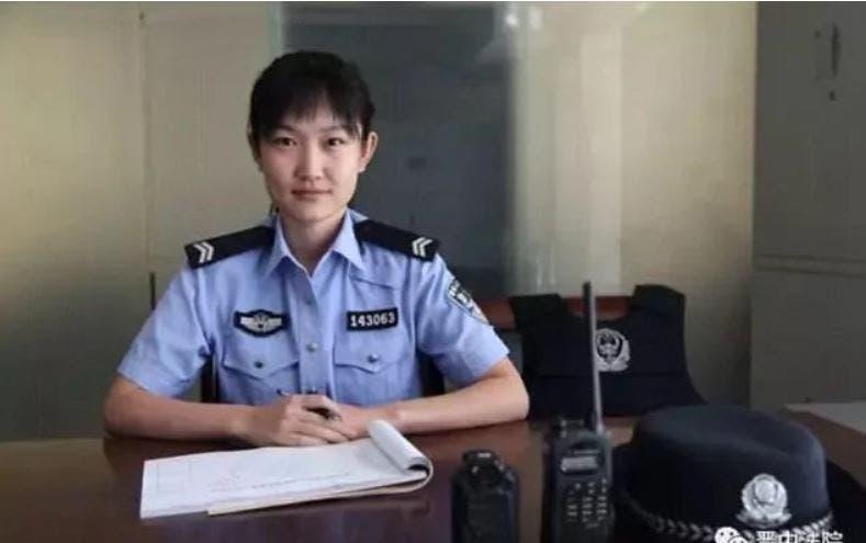 شرطية ترضع طفلة مدانة داخل المحكمة