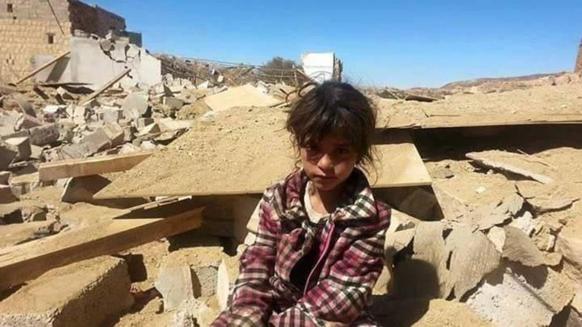 تجلس على أنقاض منزل عائلتها الذي فجره الحوثيون
