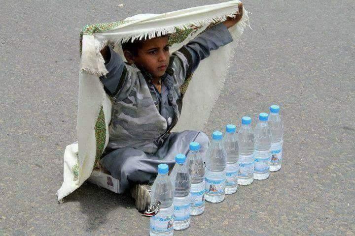طفل يمني يبيع الماء في الطرقات