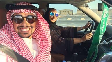 بالصورة.. سعودي يدرب زوجته على قيادة السيارة
