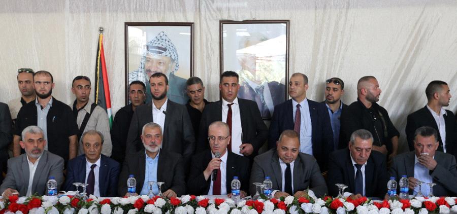 رئيس الوزراء الفلسطيني رامي الحمد الله أثناء لقاء قادة حركتي فتح وحماس في غزة بحضور الوفد المصري