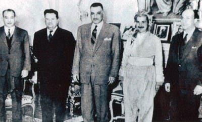 جلال طالباني مرتديا الزي الكردي خلال اللقاء مع الرئيس جمال عبد الناصر عام 1963
