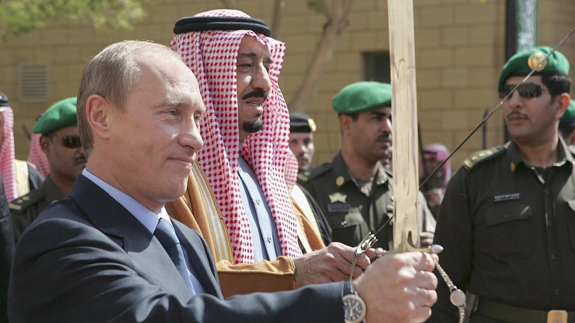 """Russian President Vladimir Putin (L) and Prince Salman bin Abdul Aziz, governor of Riyadh and Saudi King's brother (R) hold swords during a visit to the King Abdul Aziz Historical Centre in Riyadh, 12 February 2007. Russian President Vladimir Putin arrived in Saudi Arabia Sunday on the first leg of a Middle East tour to enhance ties with regional US allies after launching a scathing attack on Washington's """"ruinous"""" foreign policy. AFP PHOTO / ITAR-TASS POOL / PRESIDENTIAL PRESS SERVICE"""