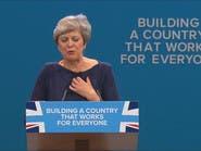 """شاهد زائراً """"غريباً"""" يقاطع رئيسة وزراء بريطانيا!"""
