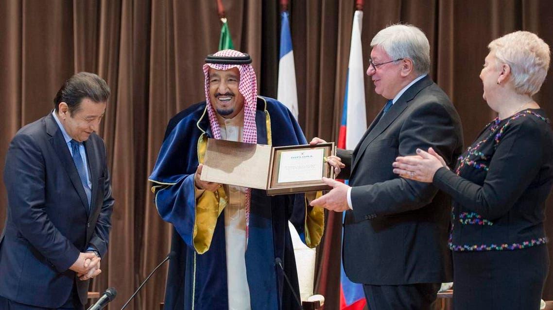 خادم الحرمين يتسلم الدكتوراه الفخرية