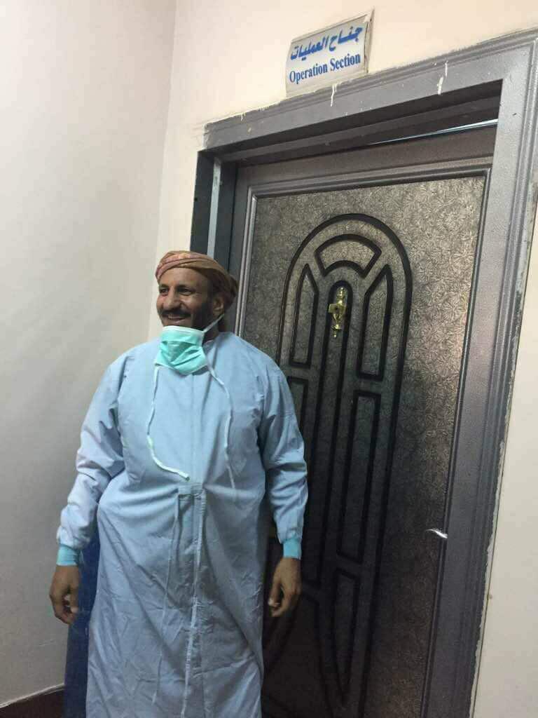 صورة طارق محمد عبد الله صالح، ابن شقيق الرئيس المخلوع، واقفاً عند باب غرفة العمليات، حيث يعالج عمه