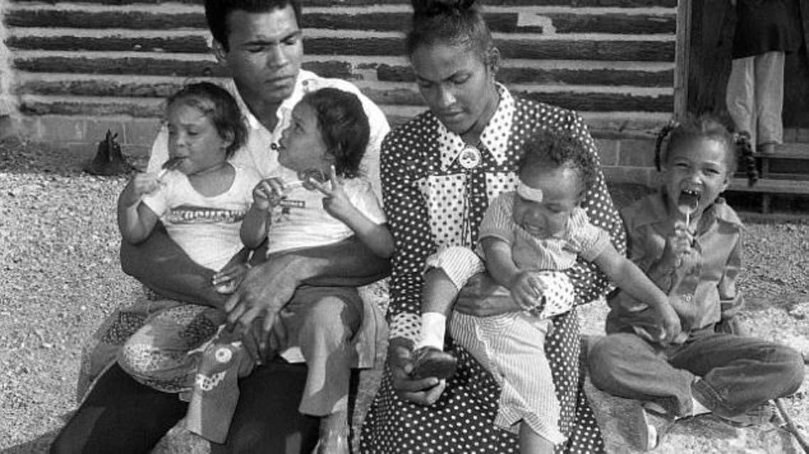 كلاي مع زوجته الثانية وأطفالهما الأربعة
