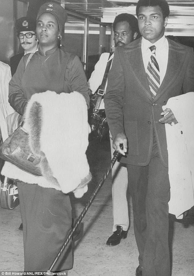 كلاي مع زوجته الثانية في مطار هيثرو البريطاني