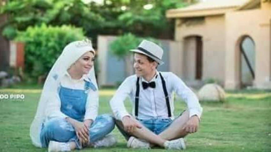 مواقع التواصل تنشغل بملابس عروسان مصريان في حفل زفافهما