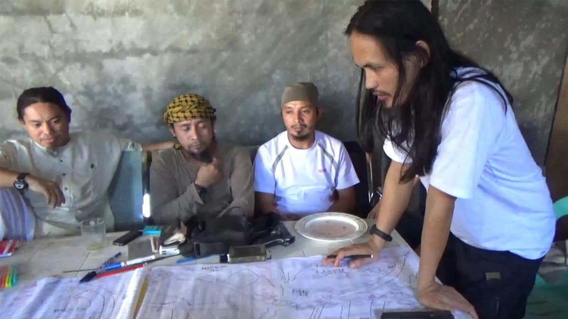 Abdullah Maute (R) looking at an improvised map of Marawi, while Isnilon Hapilon (2nd L), leader of hardline group Abu Sayyaf looks on, as they plan an attack on Marawi at an undisclosed location on Mindanao island. (AFP)