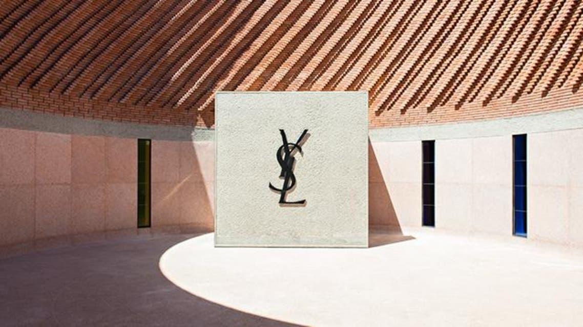 لوغو إيف سان لوران يتوسط الباحة الخارجية للمتحف