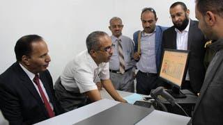 نائب رئيس الحكومة اليمنية يدشن إصدار أول جواز في تعز