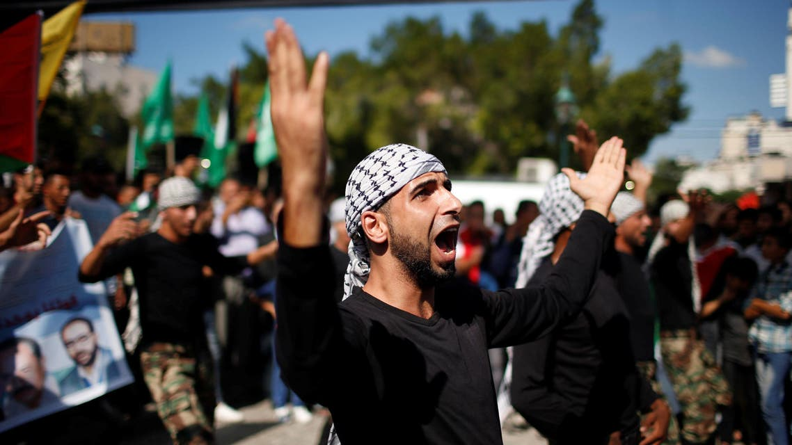 Palestinians celebrate after Hamas said it reached a deal with Palestinian rival Fatah, in Gaza City October 12, 2017. REUTERS/