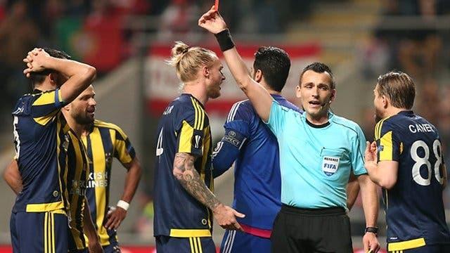 الحكم الكرواتي لحظة إشهاره البطاقة الحمراء في وجه لاعب فنربخشة