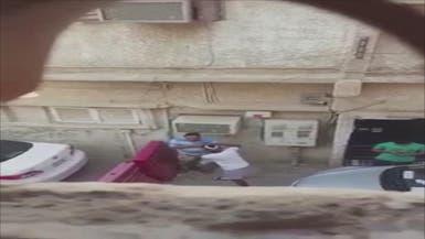 فيديو لمراهق يسرق وافدا ويصفعه.. وشرطة الرياض تتحرك