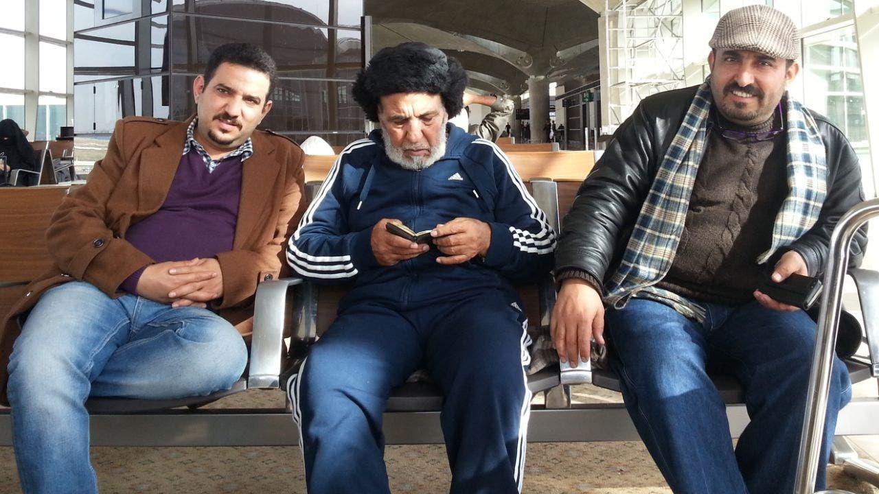 اكرم عياش مع أخيه وليد المعتقل سابقاً لدى الحوثيين ويتوسطهما والدهما
