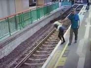 بالفيديو.. دفعها على مسار القطار وأكمل طريقه