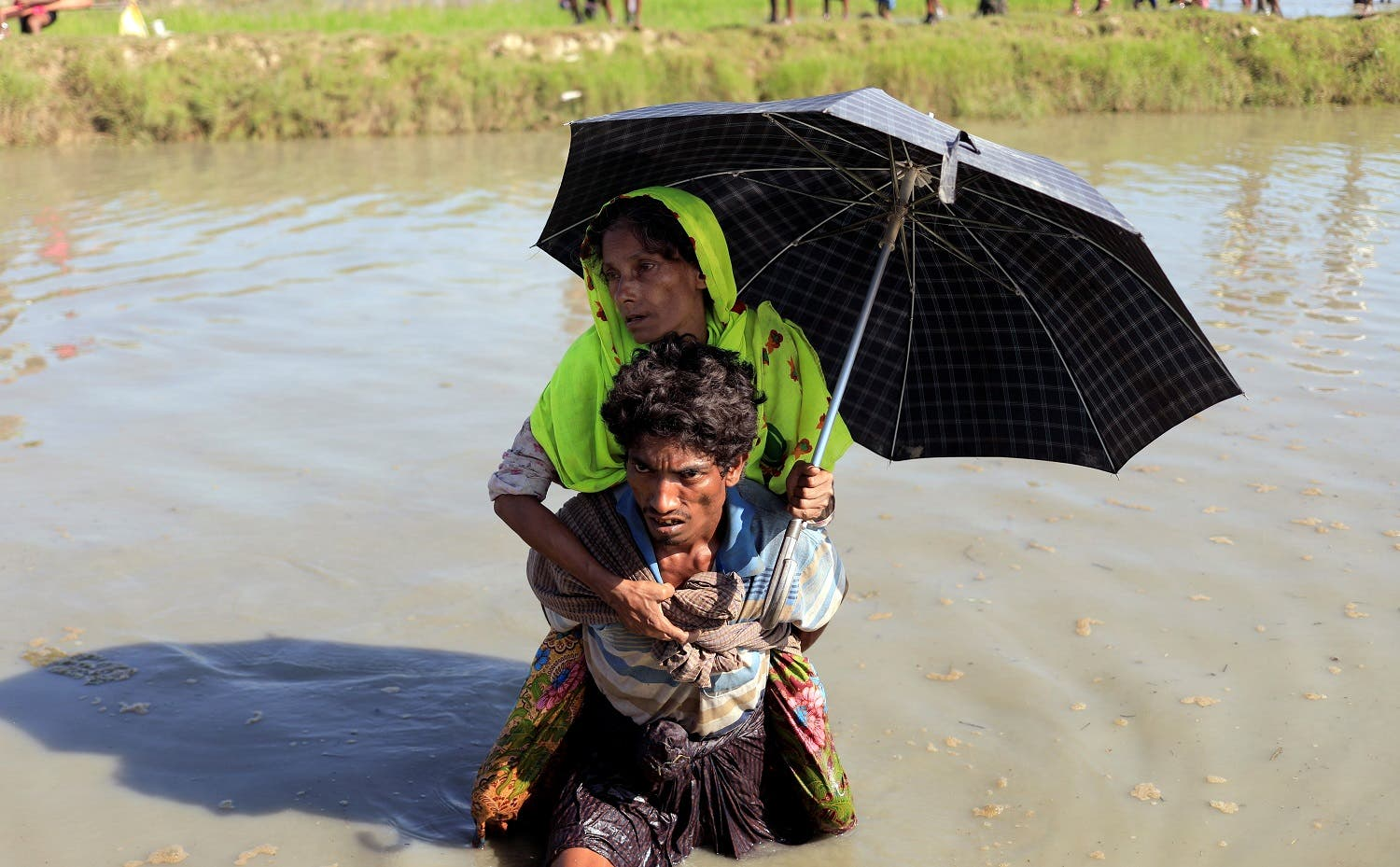 Rohingya refugees who fled from Myanmar make their way after crossing the border in Palang Khali, near Cox's Bazar, Bangladesh October 16, 2017. REUTERS/Zohra Bensemra