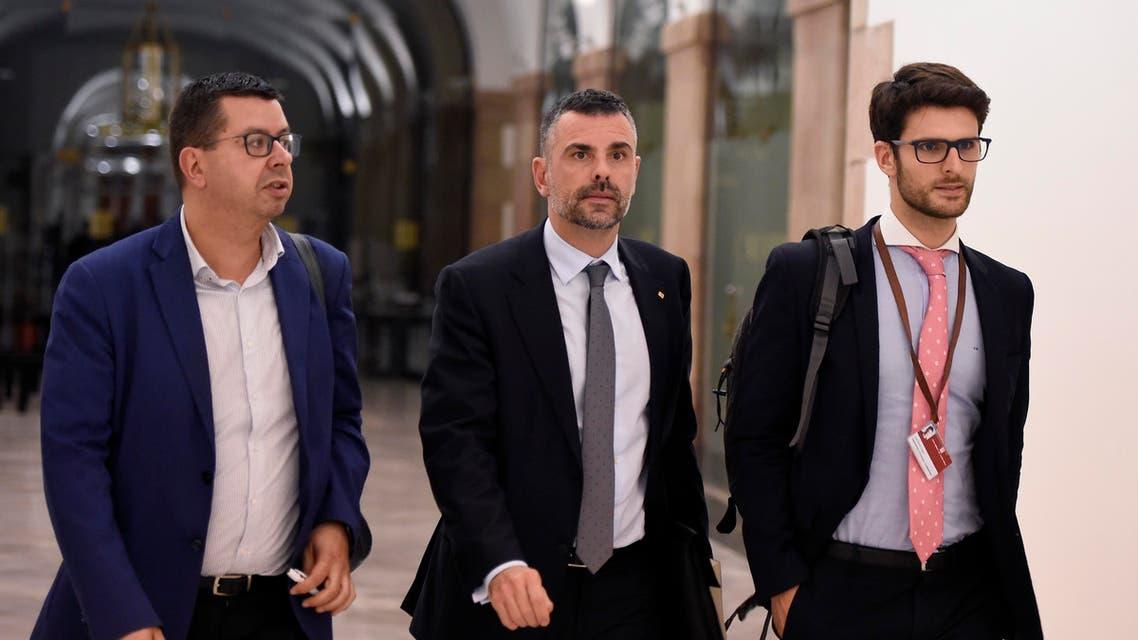 سانتي فيلا وزير التجارة والثقافة المستقيل من حكومة كاتالونيا (وسط)