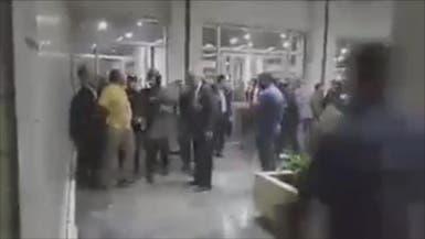عقب تنحي بارزاني.. محتجون يحاولون اقتحام البرلمان